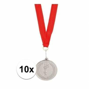 10x zilveren medailles aan rood halslint