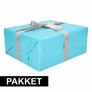 Aqua kadopapier/inpakpapier met zilveren strikken