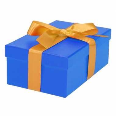 Etalage versiering blauwe cadeauverpakking doosje met goud strikje 17 cm