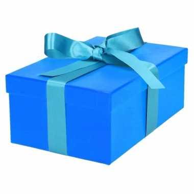 Etalage versiering blauwe cadeauverpakking doosje met lichtblauw strikje 21 cm