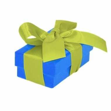 Etalage versiering blauwe cadeauverpakking doosje met lichtgroen stri