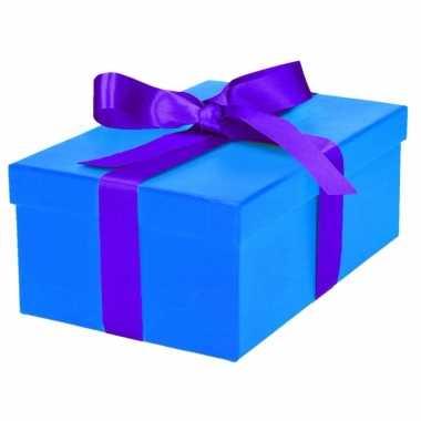 Etalage versiering blauwe cadeauverpakking doosje met paars strikje 23 cm