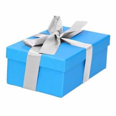 Etalage versiering blauwe cadeauverpakking doosje met zilver strikje