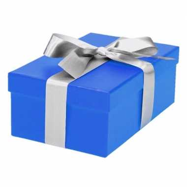 Etalage versiering blauwe cadeauverpakking doosje met zilver strikje 19 cm