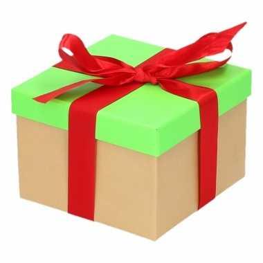 Etalage versiering neon groene cadeauverpakking doosje met rood strik