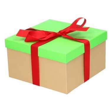 Etalage versiering neon groene cadeauverpakking doosje met rood strikje 19 cm