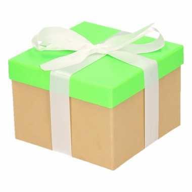 Etalage versiering neon groene cadeauverpakking doosje met wit strikj