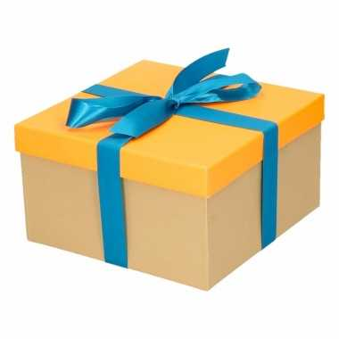 Etalage versiering neon oranje cadeauverpakking doosje met blauw stri