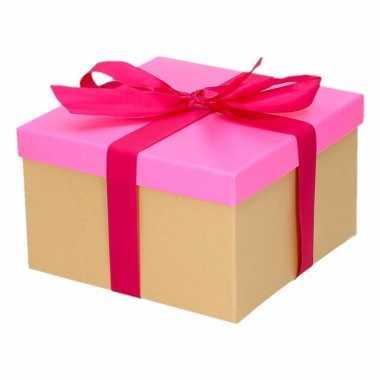 Etalage versiering neon roze cadeauverpakking doosje met fuchsia stri