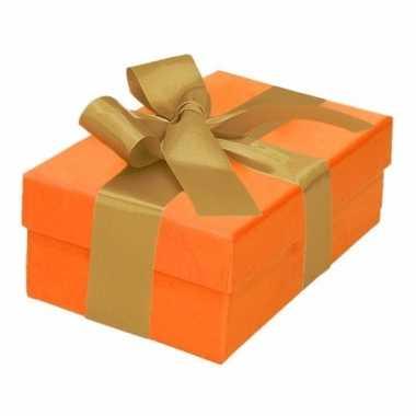 Etalage versiering oranje cadeauverpakking doosje met goud strikje 13