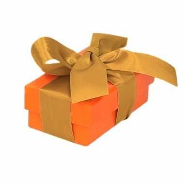 Etalage versiering oranje cadeauverpakking doosje met goud strikje 8