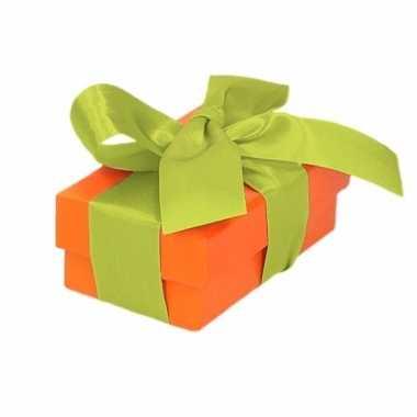 Etalage versiering oranje cadeauverpakking doosje met lichtgroen stri