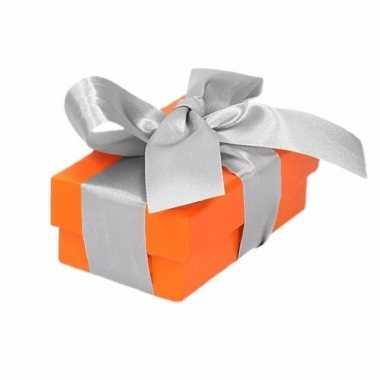 Etalage versiering oranje cadeauverpakking doosje met zilver strikje