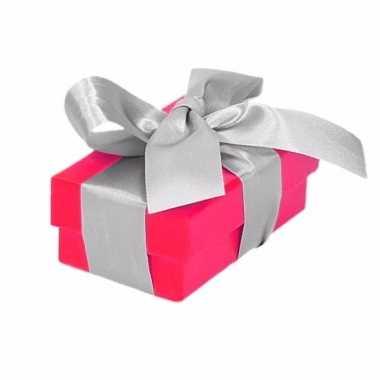 Etalage versiering roze cadeauverpakking doosje met zilver strikje 8