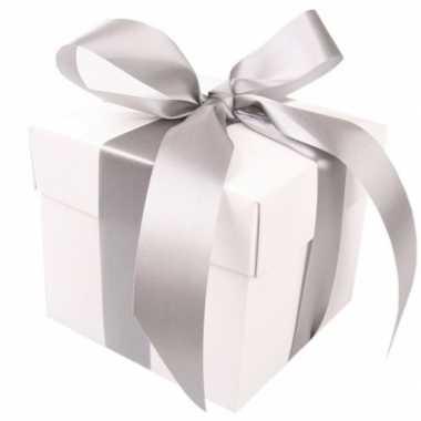 Etalage versiering witte cadeauverpakking doosje met zilver strikje 1