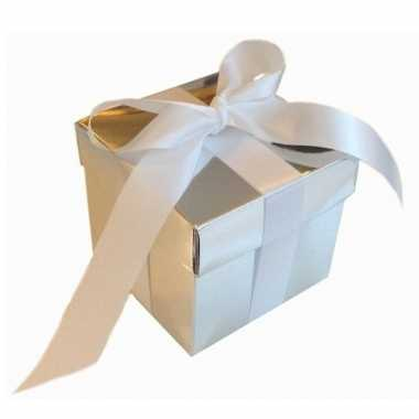 Etalage versiering zilveren cadeauverpakking doosje met wit strikje 1