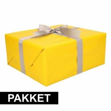 Geel kadopapier/inpakpapier met zilveren strikken