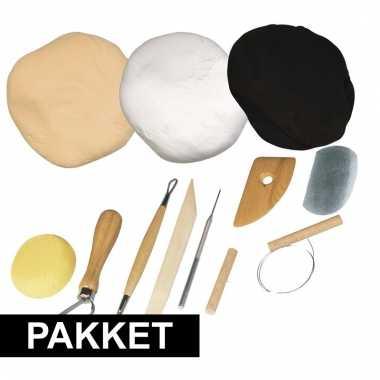 Gereedschappakket om te kleien met drie soorten klei