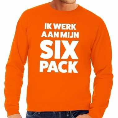 Ik werk aan mijn six pack tekst sweater oranje voor heren