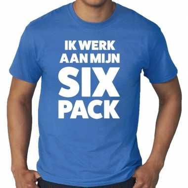 Ik werk aan mijn six pack tekst t-shirt blauw heren