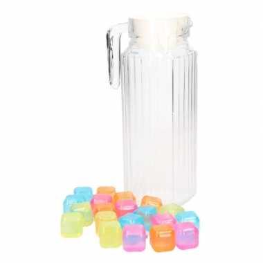 Schenkkan met handvat, dop en gekleurde ijsblokjes