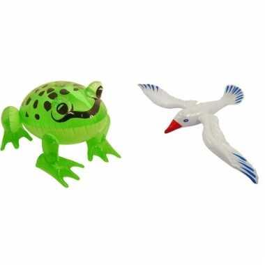 Set opblaasbare groene kikker en witte zeemeeuw