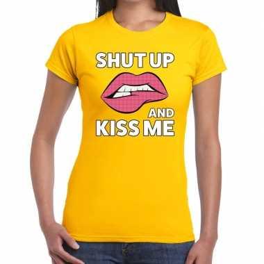 Shut up and kiss me t-shirt geel dames