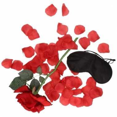 Valentijns kado surprise rode roos/rozenblaadjes zwart masker