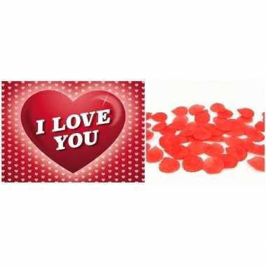Valentijnsdag cadeau rode rozenblaadjes en valentijnskaart