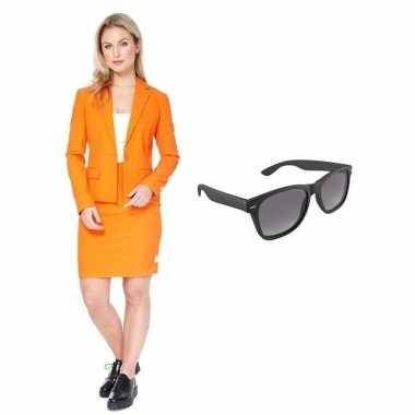 Verkleed dames mantelpak oranje met gratis zonnebril