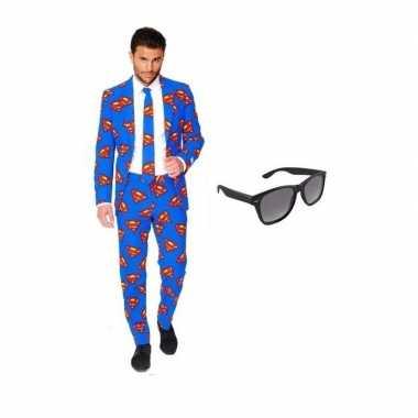 Verkleed superman print heren kostuum maat 52 (xl) met gratis zonnebr