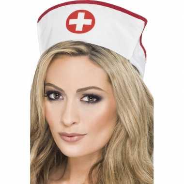 Zuster muts met rood kruis