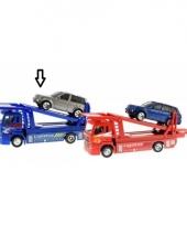 Blauwe oplegwagen met auto