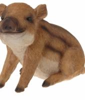 Deco beeldje zittende wild zwijn 21 cm
