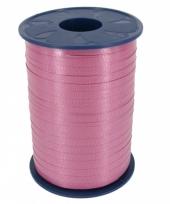 Donker roze krullint voor cadeaus