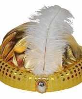Gouden tulband met lange witte veer