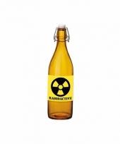 Grappige oranje glazen fles met radioactieve sticker