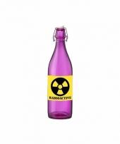 Grappige paarse glazen fles met radioactieve sticker
