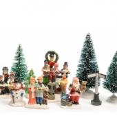 Kerstdorp figuren zingende mensen