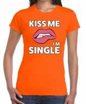 Kiss me i am single t-shirt oranje dames