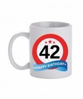 Koffiemok verkeersbord thema 42 jaar 300 ml