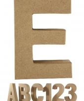 Letter e van papier mache voor decoratie