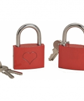 Liefdes slotje met sleuteltjes rood