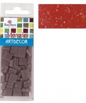 Rode mozaiek steentjes in doosje