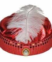 Rode tulband met lange witte veer