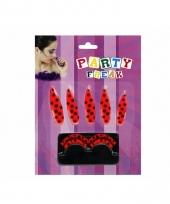 Rood met zwarte stippen nagels en wimpers
