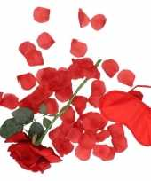 Valentijns kado surprise rode roos rozenblaadjes masker