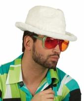 Witte hoedjes van pluche materiaal