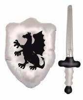Zilver opblaasbaar schild met zwaard